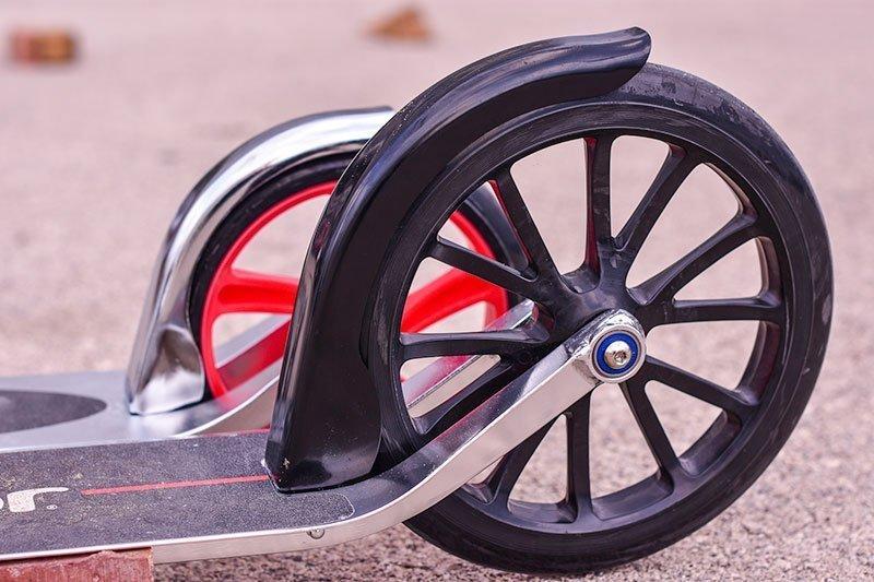 Patinete eléctrico con rueda dura de poliuretano