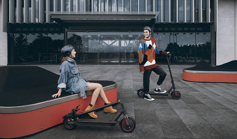 personas con patinete y casco