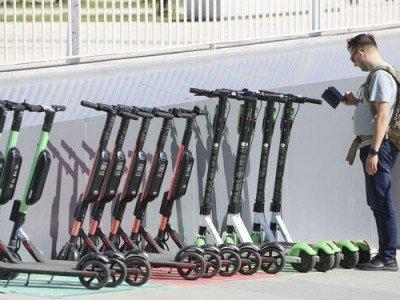 patinetes aparcados