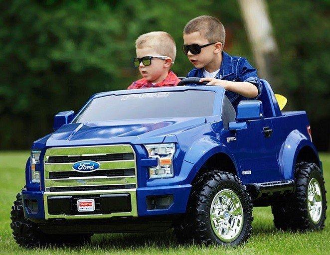 coche electrico con dos niños