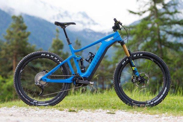 bicicleta eléctrica de montaña azul
