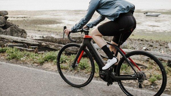 bicicleta electrica de carretera negra