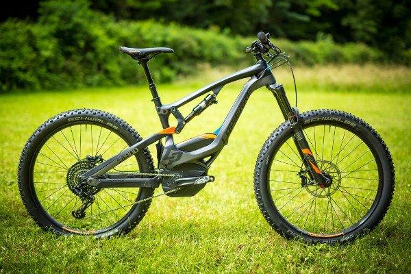 bicicleta electrica de montaña en campo