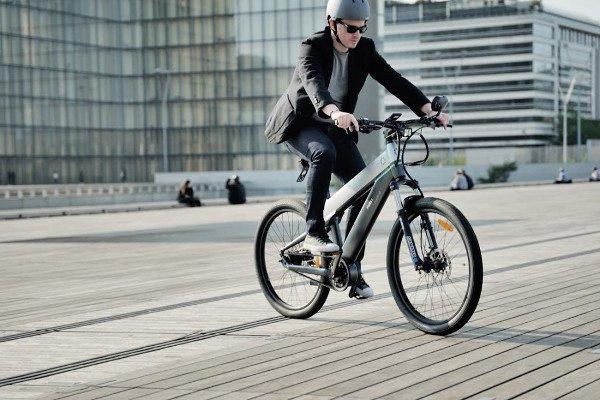 bicicleta electrica urbana gris