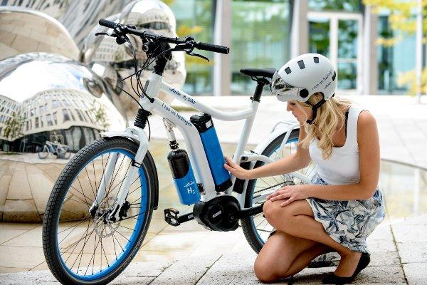 chica tocando bateria cargador e-bike