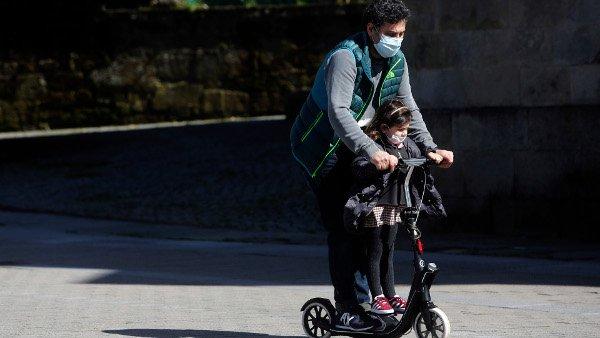 mascarilla patinete padre e hijo