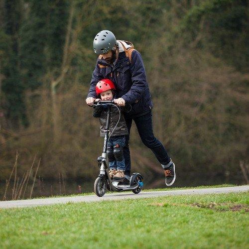 patinete electrico padre hijo con cascos