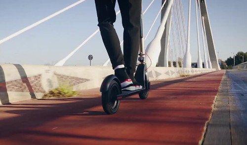 Bongo-Serie-A-Advance-Connected-Max-conduciendo puente