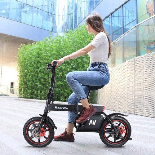 mini e-bike sin pedales con chica moovway