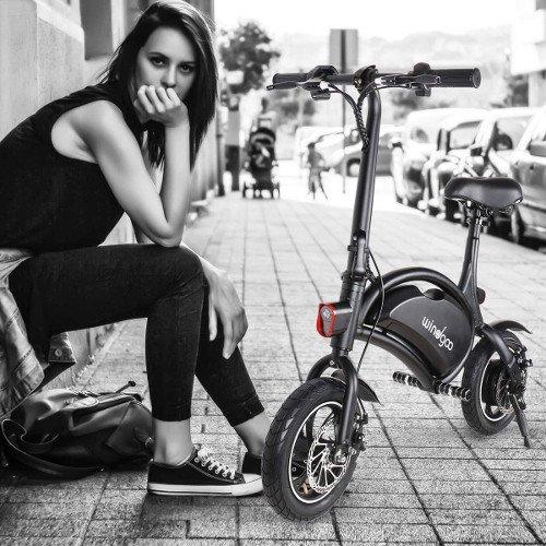 mini e-bike sin pedales con chica windgoo oscura