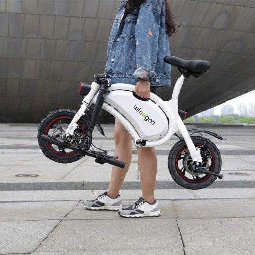 mini e-bike sin pedales con chica windgoo