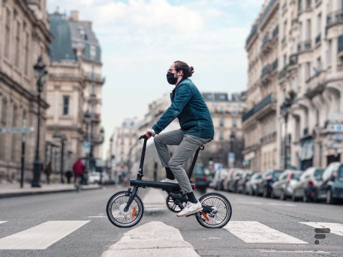 Xiaomi Smart Electric Folding hombre paseando