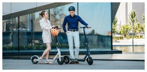 chica y chico mi electric scooter 3 con casco