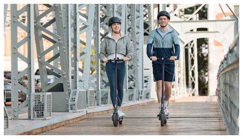 chica y chico mi electric scooter 3 paseando
