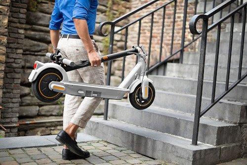 Ninebot KickScooter MAX G30LE II plegado escaleras